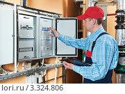 Электрик проверяет счетчик. Стоковое фото, фотограф Дмитрий Калиновский / Фотобанк Лори