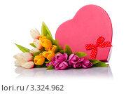 Купить «Красная подарочная коробка в виде сердца и букет цветов», фото № 3324962, снято 11 февраля 2012 г. (c) Elnur / Фотобанк Лори