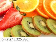 Нарезанные киви, клубника, мандарины. Стоковое фото, фотограф Дмитрий Антонов / Фотобанк Лори