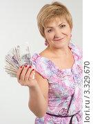 Купить «Немолодая женщина держит в руках деньги», эксклюзивное фото № 3329670, снято 4 ноября 2011 г. (c) Ружьин Алексей / Фотобанк Лори