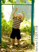 Купить «Маленький мальчик пытается дотянуться до турника», фото № 3331118, снято 13 июля 2009 г. (c) Владимир Мельников / Фотобанк Лори