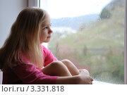 Девочка смотрит в окно. Стоковое фото, фотограф Светлана Давыдова / Фотобанк Лори