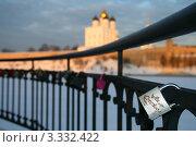 """Замок с надписью """"На счастье"""" на мосту (2012 год). Стоковое фото, фотограф юлия юрочка / Фотобанк Лори"""