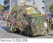 Машина в маскировочной сетке на карнавале в Лимасоле, Кипр (2011 год). Редакционное фото, фотограф Павел Михеев / Фотобанк Лори