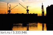 Купить «Силуэты портовых кранов на фоне заката. Адмиралтейские верфи. Санкт-Петербург», фото № 3333946, снято 29 мая 2009 г. (c) Светлана Кудрина / Фотобанк Лори
