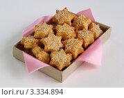 Сырное печенье с кунжутом в коробочке с салфеткой. Стоковое фото, фотограф Чукова Жанна / Фотобанк Лори