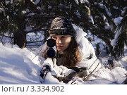 Купить «Девушка снайпер в зимнем белом камуфляже с винтовкой СВД прицеливается», фото № 3334902, снято 29 января 2012 г. (c) Дмитрий Черевко / Фотобанк Лори
