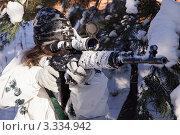 Купить «Девушка-снайпер в зимнем белом камуфляже с винтовкой СВД», фото № 3334942, снято 29 января 2012 г. (c) Дмитрий Черевко / Фотобанк Лори