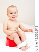 Купить «Маленький ребёнок сидит на горшке», фото № 3336918, снято 31 октября 2009 г. (c) Дмитрий Наумов / Фотобанк Лори