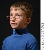 Мальчик в очках на черном фоне смотрит в вверх и влево. Стоковое фото, фотограф Виталий Галямов / Фотобанк Лори