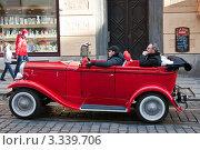 Красный ретро-автомобиль на улице Праги (2011 год). Редакционное фото, фотограф Сергей Якуничев / Фотобанк Лори
