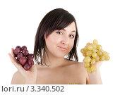 Купить «Девушка с гроздьями винограда в руках», фото № 3340502, снято 20 февраля 2019 г. (c) lanych / Фотобанк Лори