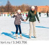 Две сестры катаются на коньках на катке. Стоковое фото, фотограф Игорь Низов / Фотобанк Лори