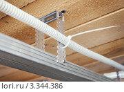 Купить «Электрическая проводка над потолком», фото № 3344386, снято 13 марта 2012 г. (c) Александр Романов / Фотобанк Лори
