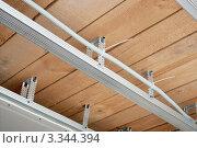 Купить «Электрический провод проложен над потолком», фото № 3344394, снято 13 марта 2012 г. (c) Александр Романов / Фотобанк Лори