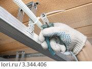 Купить «Крепление электрической проводки над потолком», фото № 3344406, снято 13 марта 2012 г. (c) Александр Романов / Фотобанк Лори