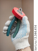 Изолента и кусачки в руке. Стоковое фото, фотограф Александр Романов / Фотобанк Лори