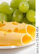 Купить «Зеленый виноград и сыр крупным планом», фото № 3344454, снято 13 февраля 2012 г. (c) Sea Wave / Фотобанк Лори