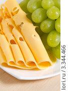 Купить «Зеленый виноград и сыр крупным планом», фото № 3344466, снято 13 февраля 2012 г. (c) Sea Wave / Фотобанк Лори