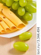 Купить «Зеленый виноград и сыр крупным планом», фото № 3344494, снято 13 февраля 2012 г. (c) Sea Wave / Фотобанк Лори