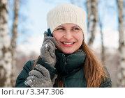 Купить «Девушка с улыбкой  разговаривает по телефону  на улице», эксклюзивное фото № 3347306, снято 14 марта 2012 г. (c) Игорь Низов / Фотобанк Лори