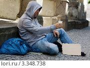 Бездомный мужчина просит милостыню. Стоковое фото, фотограф Erwin Wodicka / Фотобанк Лори