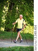 Купить «Пожилой мужчина занимается скандинавской ходьбой летом», фото № 3349454, снято 24 июня 2019 г. (c) Erwin Wodicka / Фотобанк Лори