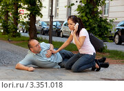 Купить «Девушка вызывает скорую для мужчины с сердечным приступом», фото № 3351018, снято 21 июня 2019 г. (c) Erwin Wodicka / Фотобанк Лори