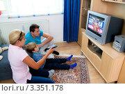 Купить «Семья смотрит телевизор», фото № 3351178, снято 7 декабря 2019 г. (c) Erwin Wodicka / Фотобанк Лори