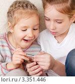 Купить «Счастливые дети смотрят в мобильный телефонон», фото № 3351446, снято 1 февраля 2012 г. (c) Гладских Татьяна / Фотобанк Лори