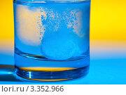 Таблетка аспирина в стакане воды. Стоковое фото, фотограф Erwin Wodicka / Фотобанк Лори