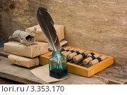 Купить «Чернильница с деревянными счетами и посылками на столе», фото № 3353170, снято 21 апреля 2011 г. (c) Олег Жуков / Фотобанк Лори