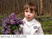 Девочка в лесу с букетом сиреневых цветов (2011 год). Редакционное фото, фотограф Юлия Гусакова / Фотобанк Лори