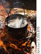 Котелок с закипающей водой на костре. Стоковое фото, фотограф Надежда Щур / Фотобанк Лори