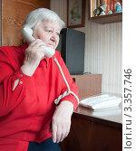 Купить «Пенсионерка говорит по телефону», фото № 3357746, снято 18 марта 2012 г. (c) Бурмистрова Ирина / Фотобанк Лори