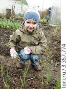 Купить «Ребенок (4 года) рыхлит лук», эксклюзивное фото № 3357774, снято 2 мая 2011 г. (c) Охотникова Екатерина *Фототуристы* / Фотобанк Лори