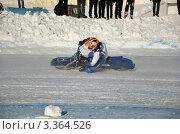 Купить «Зимний спидвей по ледяной дорожке на мотоциклах с шипами, водитель проезжает вираж с большим наклоном на колено», фото № 3364526, снято 27 января 2012 г. (c) Валерий Краснов / Фотобанк Лори