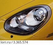 Фара современного автомобиля Porsche Cayman S (2012 год). Редакционное фото, фотограф Владимир Сергеев / Фотобанк Лори