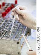 Купить «Биохимическая лаборатория. Отделение плазмы от крови для анализа», фото № 3370794, снято 9 февраля 2012 г. (c) Ольга Денисова / Фотобанк Лори