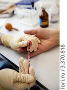 Купить «Забор крови из пальца», фото № 3370818, снято 9 февраля 2012 г. (c) Ольга Денисова / Фотобанк Лори