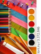 Купить «Акварельные краски  и цветные карандаши», фото № 3372846, снято 25 сентября 2011 г. (c) Сергей Белов / Фотобанк Лори