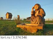 Купить «Алтай. Деревянная скульптура старухи у разбитого корыта», фото № 3374546, снято 18 августа 2018 г. (c) Александр Тараканов / Фотобанк Лори