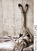 Девушка лежит на кровати, прислонив ноги к стене. Стоковое фото, фотограф katalinks / Фотобанк Лори