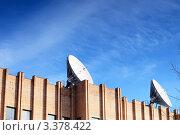 Купить «Спутниковые антенны на крыше здания», фото № 3378422, снято 22 марта 2012 г. (c) Vitas / Фотобанк Лори