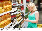 Купить «Женщина выбирает оливковое масло в супермаркете», фото № 3379330, снято 8 августа 2011 г. (c) Дмитрий Калиновский / Фотобанк Лори