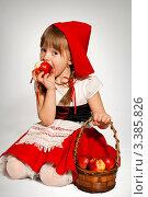 Красная шапочка. Стоковое фото, фотограф Юлия Гусакова / Фотобанк Лори