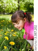 Девочка с одуванчиками. Стоковое фото, фотограф Юлия Гусакова / Фотобанк Лори