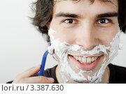 Купить «Мужчина бреется опасной бритвой», фото № 3387630, снято 2 июля 2011 г. (c) Величко Микола / Фотобанк Лори