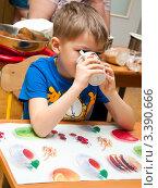 Купить «Мальчик в садике пьет из чашки», эксклюзивное фото № 3390666, снято 8 декабря 2009 г. (c) Куликова Вероника / Фотобанк Лори