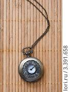 Старинные карманные часы на бамбуковой салфетке. Стоковое фото, фотограф Ирина Буракова / Фотобанк Лори